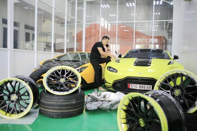 Đại gia Hoàng Kim Khánh lột xác Aston Martin V8 Vantage bằng toàn phụ kiện khủng trong lúc chờ McLaren Senna về Việt Nam - Ảnh 1.