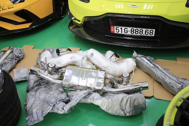 Đại gia Hoàng Kim Khánh lột xác Aston Martin V8 Vantage bằng toàn phụ kiện khủng trong lúc chờ McLaren Senna về Việt Nam - Ảnh 5.