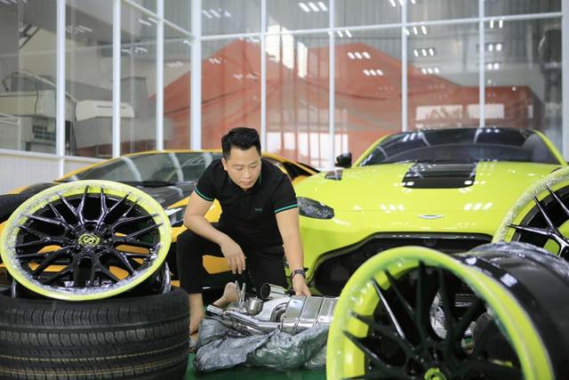 Đại gia Hoàng Kim Khánh lột xác Aston Martin V8 Vantage bằng toàn phụ kiện khủng trong lúc chờ McLaren Senna về Việt Nam - Ảnh 3.