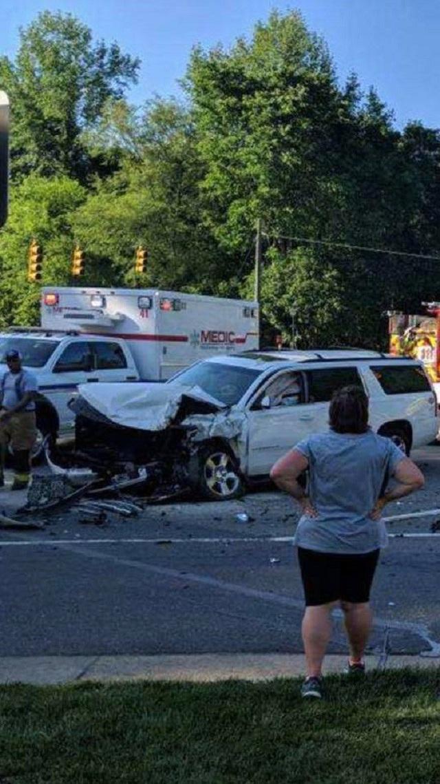 Ô tô gia đình gặp tai nạn nghiêm trọng, bé gái 6 tuổi trở thành anh hùng nhanh trí cứu các em thoát nạn - Ảnh 2.