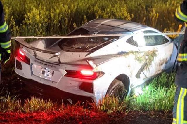 Chuyện hy hữu: Chevrolet Corvette C8 đời mới gặp nạn bị chủ xe bỏ lại, nằm chỏng chơ trên bãi cỏ - Ảnh 1.