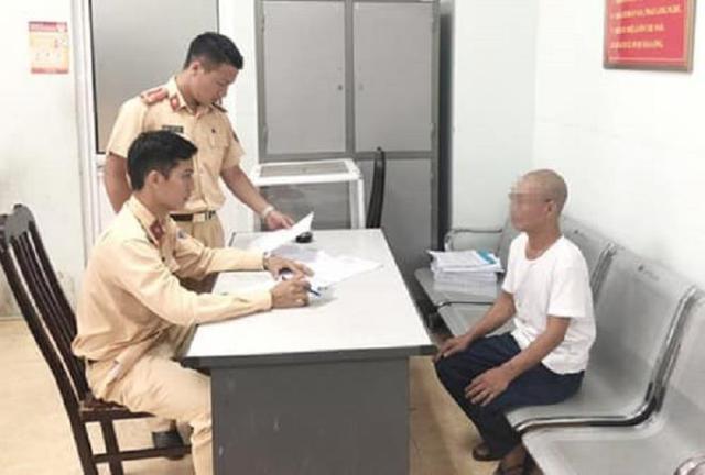 Quái xế 62 tuổi buông 2 tay phóng xe vèo vèo ở Hà Nội bị phạt 8,25 triệu đồng - Ảnh 2.