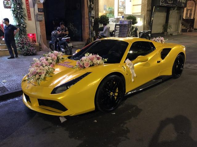 Siêu xe Ferrari 488 mui trần tiền tỷ làm xe hoa tại Sài Gòn - Ảnh 1.