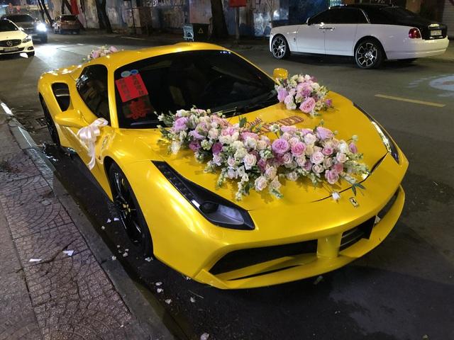 Siêu xe Ferrari 488 mui trần tiền tỷ làm xe hoa tại Sài Gòn - Ảnh 2.