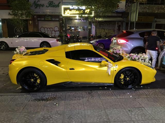 Siêu xe Ferrari 488 mui trần tiền tỷ làm xe hoa tại Sài Gòn - Ảnh 4.