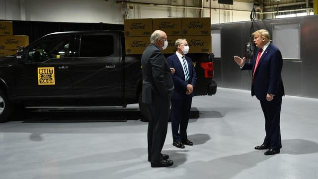Cầm khẩu trang nhưng ít khi đeo, Tổng thống Trump gây tranh cãi khi đi thăm nhà máy Ford