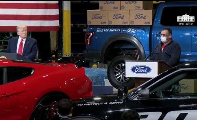 Cầm khẩu trang nhưng ít khi đeo, Tổng thống Trump gây tranh cãi khi đi thăm nhà máy Ford - Ảnh 1.