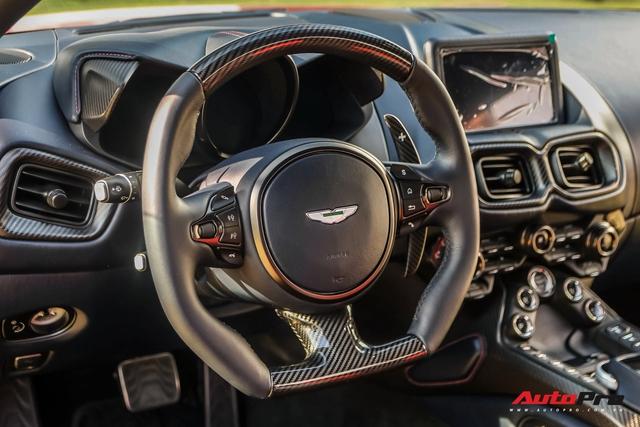 Minh Nhựa lần đầu cầm lái Aston Martin V8 Vantage chở vợ trong hành trình VietRally - Ảnh 9.