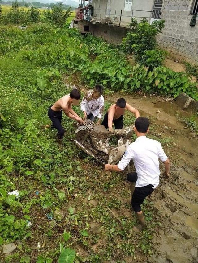 Sáng ra đi học, nam sinh lao xe xuống vũng bùn, riêng chiếc cặp khiến tất cả không thể nhịn cười - Ảnh 1.