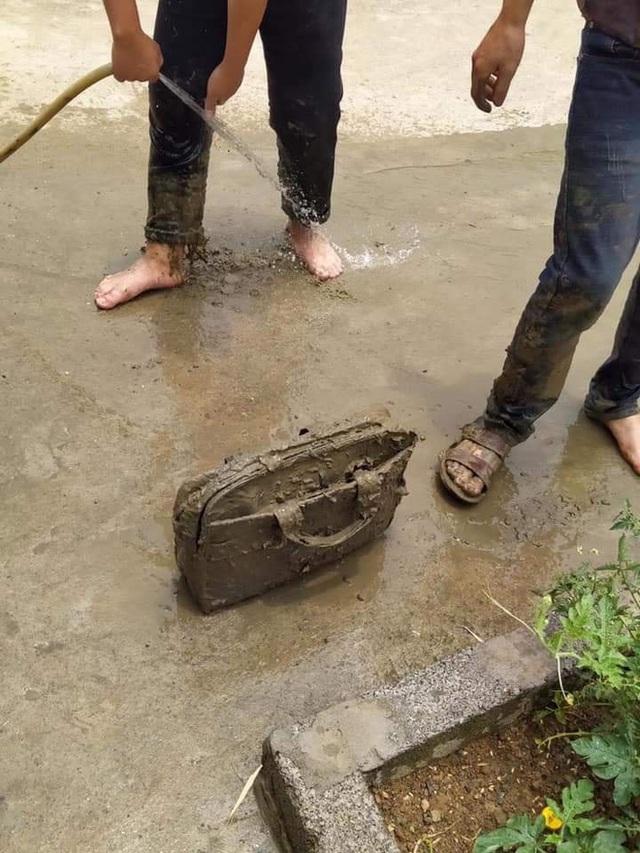 Sáng ra đi học, nam sinh lao xe xuống vũng bùn, riêng chiếc cặp khiến tất cả không thể nhịn cười - Ảnh 3.