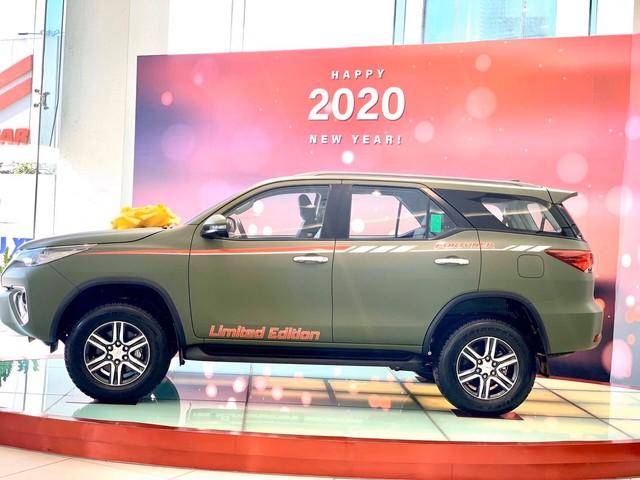 Toyota Fortuner màu sơn lạ xuất hiện tại đại lý Sài Gòn, giá ra biển số hơn 1,1 tỷ đồng - Ảnh 1.