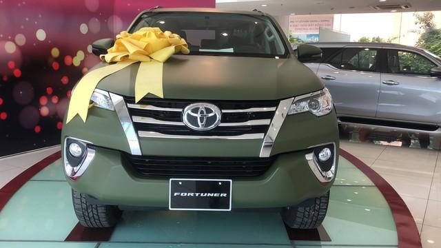 Toyota Fortuner màu sơn lạ xuất hiện tại đại lý Sài Gòn, giá ra biển số hơn 1,1 tỷ đồng - Ảnh 2.