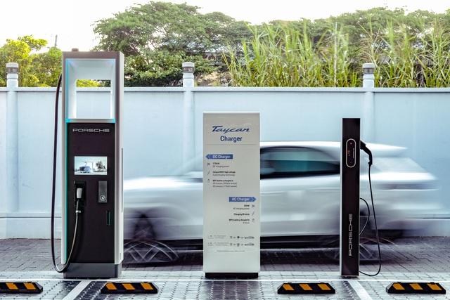 Porsche lắp đặt trạm sạc nhanh đầu tiên dành cho Taycan tại Sài Gòn - Ảnh 1.