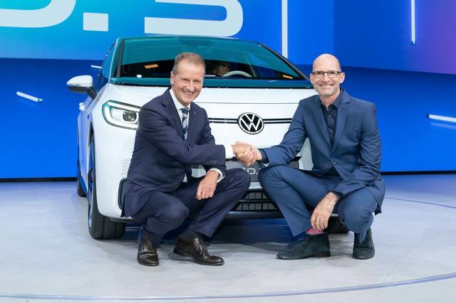 Đấu đá nội bộ, CEO Volkswagen mất chức, phải xin lỗi công khai để được hỗ trợ công việc - Ảnh 1.