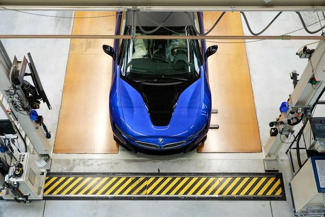 Xuất xưởng BMW i8 cuối cùng - Tạm biệt biểu tượng một thời khiến đại gia Việt mê mệt - Ảnh 1.