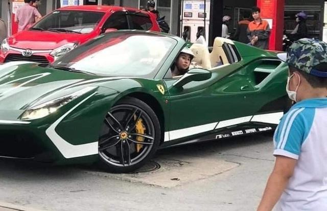 """Thân thế """"đỉnh"""" của nữ tài xế xinh đẹp, lái siêu xe Ferrari mui trần chạy Grab - Ảnh 1."""