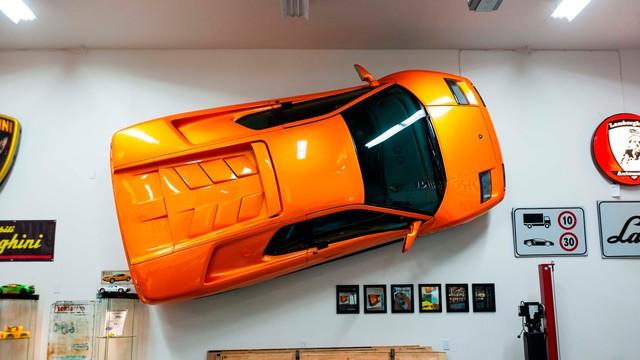 Cách chơi của người có tiền: Treo hẳn siêu xe Lamborghini lên tường để trang trí - Ảnh 1.