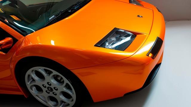 Cách chơi của người có tiền: Treo hẳn siêu xe Lamborghini lên tường để trang trí - Ảnh 2.