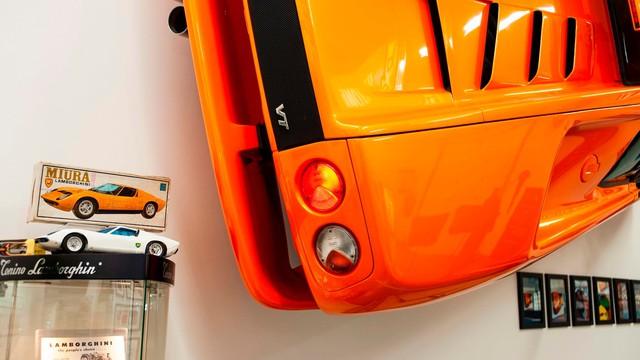 Cách chơi của người có tiền: Treo hẳn siêu xe Lamborghini lên tường để trang trí - Ảnh 4.