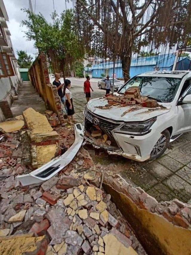 Xe Lexus tiền tỷ đâm sập hàng rào, hư hỏng phần đầu: Do thợ rửa xe nhầm chân ga? - Ảnh 1.
