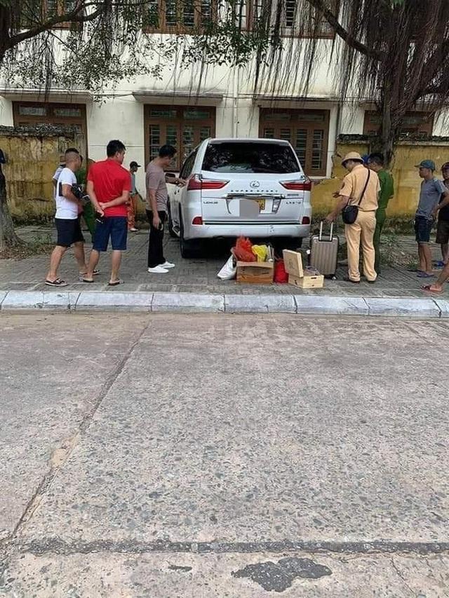 Xe Lexus tiền tỷ đâm sập hàng rào, hư hỏng phần đầu: Do thợ rửa xe nhầm chân ga? - Ảnh 2.