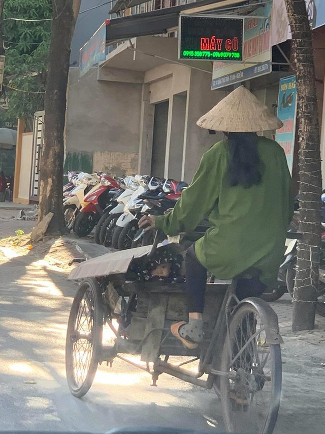 Người phụ nữ đạp xích lô chở hàng giữa trời nắng, gương mặt lấp ló trong xe khiến tất cả lặng người - Ảnh 1.