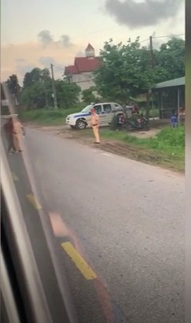 Người đàn ông cởi quần ăn vạ giữa đường rồi lời qua tiếng lại với CSGT - Ảnh 3.