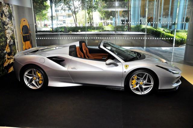 Đại gia Sài Gòn tậu Ferrari F8 Spider đầu tiên Việt Nam với màu sơn chói lóa - Ảnh 3.