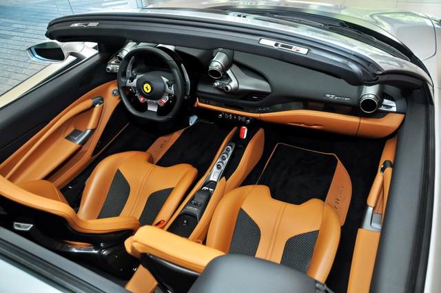 Đại gia Sài Gòn tậu Ferrari F8 Spider đầu tiên Việt Nam với màu sơn chói lóa - Ảnh 7.
