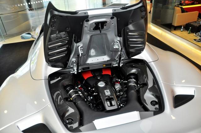 Đại gia Sài Gòn tậu Ferrari F8 Spider đầu tiên Việt Nam với màu sơn chói lóa - Ảnh 6.