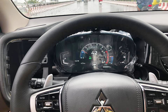 Mitsubishi Outlander đầu tiên Việt Nam nâng cấp đồng hồ điện tử 'full' chức năng, chủ xe tốn hơn 25 triệu đồng và 1 tuần nghiên cứu - Ảnh 1.