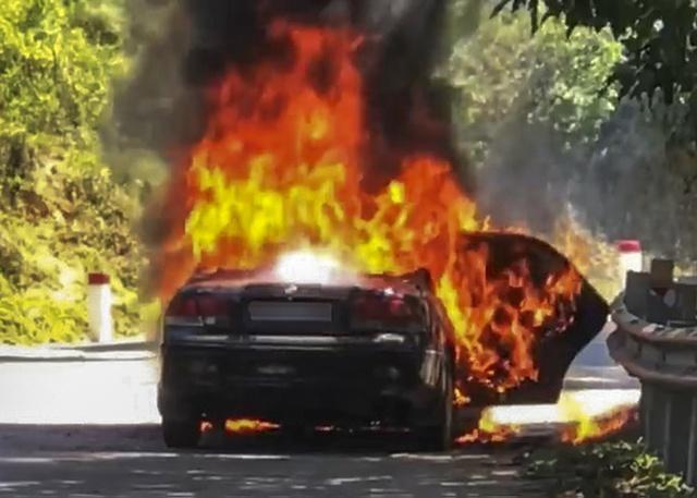 Cha ôm con trai thoát thân khỏi ô tô bốc cháy ngùn ngụt, chuẩn bị nổ - Ảnh 1.
