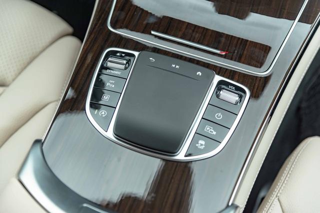 Áp lực từ phí trước bạ mới, Mercedes-Benz GLC 200 4MATIC chạy lướt giảm ngay 50 triệu đồng tại đại lý tư nhân - Ảnh 6.