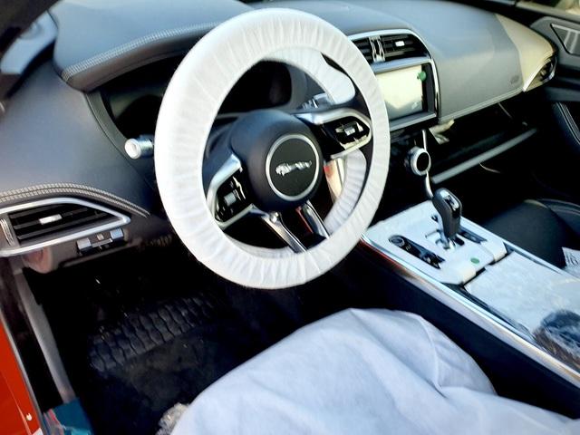 Jaguar XE 2020 đầu tiên cập cảng Việt Nam, hé lộ những trang bị hiện đại đấu Mercedes-Benz C-Class và BMW 3-Series - Ảnh 4.