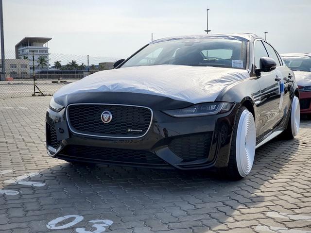 Jaguar XE 2020 đầu tiên cập cảng Việt Nam, hé lộ những trang bị hiện đại đấu Mercedes-Benz C-Class và BMW 3-Series - Ảnh 1.
