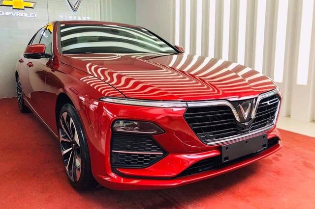 VinFast chơi tất tay: Đóng 100% trước bạ cho khách mua Lux, trừ thẳng giá xe tới hơn 220 triệu đồng - Ảnh 1.