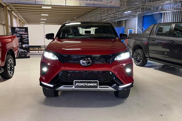 Lộ diện Toyota Fortuner 2021 ngoài đời thực: Đẹp hơn trong ảnh, thế khó cho Ford Everest - Ảnh 2.