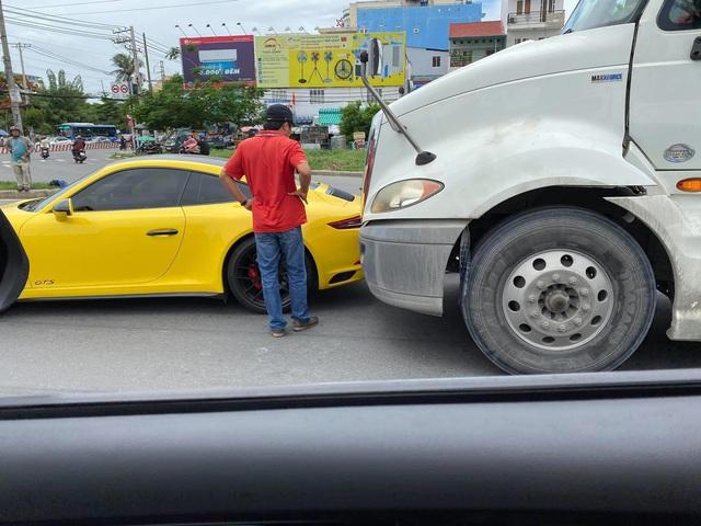 Hàng hiếm Porsche 911 Carrera GTS giá gần 8 tỷ đồng màu vàng va chạm với container tại Sài Gòn - Ảnh 2.