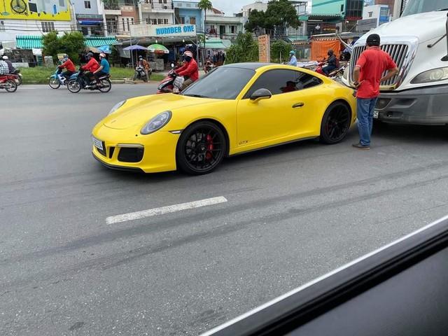 Hàng hiếm Porsche 911 Carrera GTS giá gần 8 tỷ đồng màu vàng va chạm với container tại Sài Gòn - Ảnh 1.