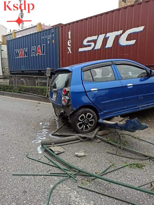 CLIP: Bon chen đi sát đầu xe container, nữ tài xế bất ngờ bị húc văng sang bên kia đường - Ảnh 4.