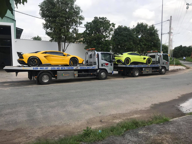 Vừa ra biển số cho Bentley Bentayga, đại gia Hoàng Kim Khánh mang bộ đôi siêu xe độ khủng ra Hà Nội - Ảnh 2.