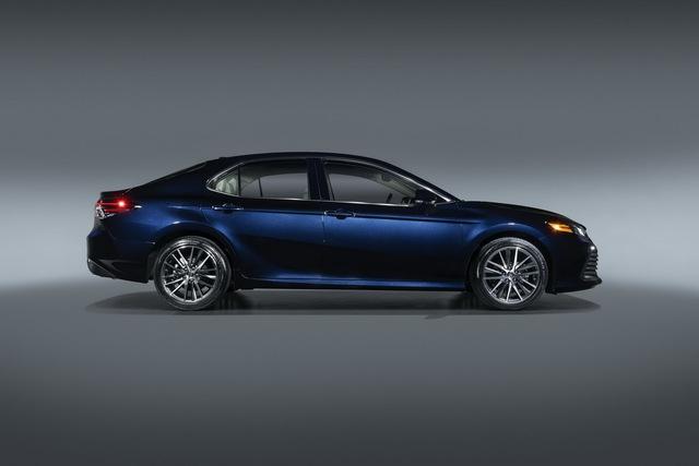 Ra mắt Toyota Camry 2021: Bổ sung công nghệ an toàn, đấu Honda Accord và Mazda6 - Ảnh 1.