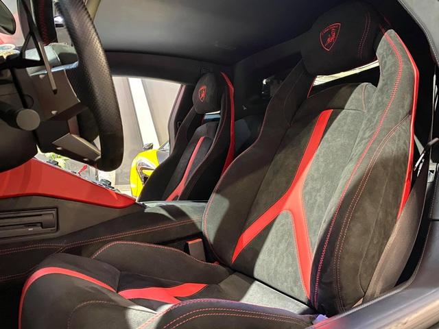 Độ phiên bản kỷ niệm 50 năm chưa đủ, chủ xe Lamborghini Aventador tiếp tục nâng cấp nội thất với hàng loạt chi tiết Alcantara - Ảnh 2.