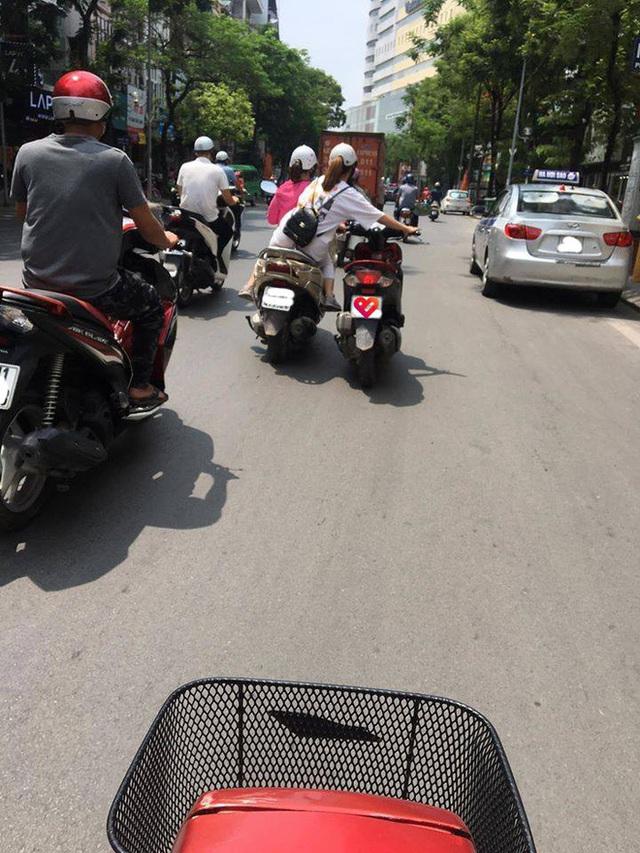 Bức ảnh hot nhất trưa nay: 2 nữ ninja diễu hành trên phố, cô gái ngồi sau có hành động khiến tất cả kinh sợ - Ảnh 1.