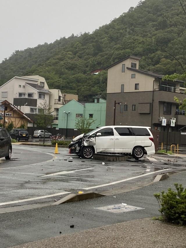 Toyota Alphard nặng cả tấn bất ngờ bị hất tung không rõ nguyên nhân, cả khu phố hốt hoảng - Ảnh 1.