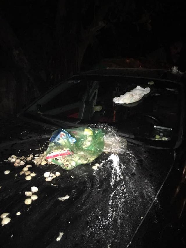 Đỗ xe chắn bãi rác, tài xế ô tô chắc sẽ hoảng hồn với thứ nhầy nhụa trên nắp ca - pô - Ảnh 2.