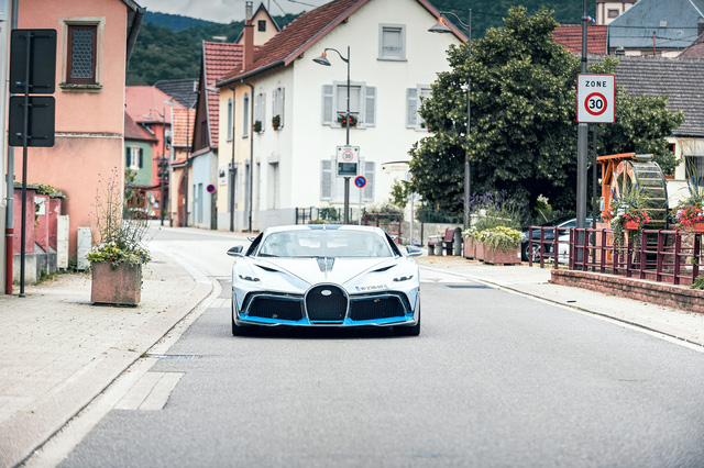 Kỳ công bàn giao siêu phẩm Bugatti Divo: Bọc 8 m2 phim bảo vệ, tái thử nghiệm hàng loạt trang bị - Ảnh 1.