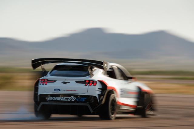 Ford Mustang SUV siêu drift chính thức chào sân: 7 mô tơ điện, 1.400 mã lực! - Ảnh 2.