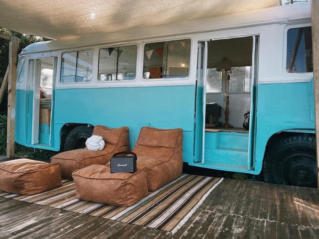 Chàng trai trẻ chi 300 triệu đồng biến xe bus đồng nát thành căn hộ đầy sang chảnh - Ảnh 1.