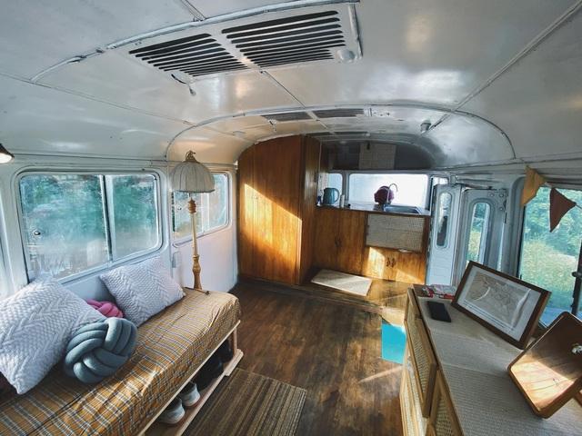 Chàng trai trẻ chi 300 triệu đồng biến xe bus đồng nát thành căn hộ đầy sang chảnh - Ảnh 7.